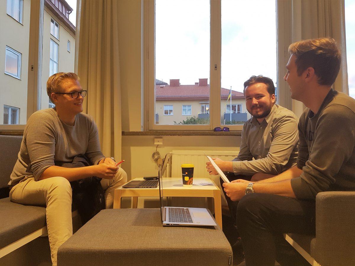 Planeringsmöte med en del av styrelsen, till vänster kassör Daniel Herold, bakom till höger styrelseledamot Alexander Ingves och till höger ordförande Jim Jormanainen.