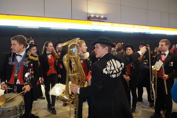 Teknologorkestern Humpsvakar på den nya perrongen vid metrostationen Aalto-universitetet.