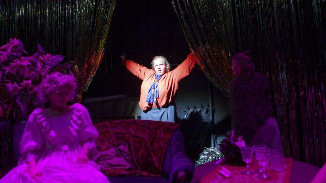 Teaterrecension: Blickens makt utmanar och roar